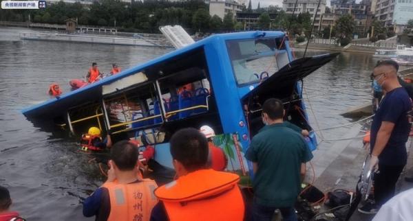Κίνα: Λεωφορείο έπεσε σε λίμνη - Τουλάχιστον 21 μαθητές νεκροί
