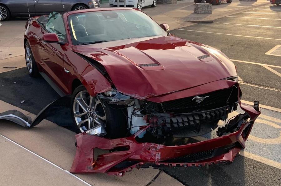 Δεν πρόλαβε να νοικιάσει την Mustang και τράκαρε με Rolls Royce