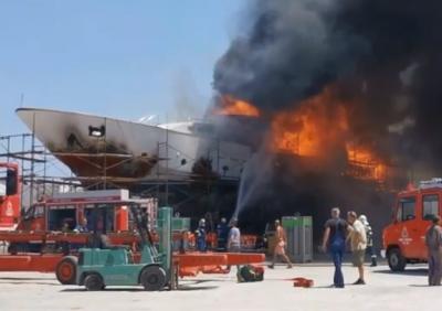 Έκρηξη και φωτιά σε θαλαμηγό στο ναυπηγείο Ταρσανά της Σύρου