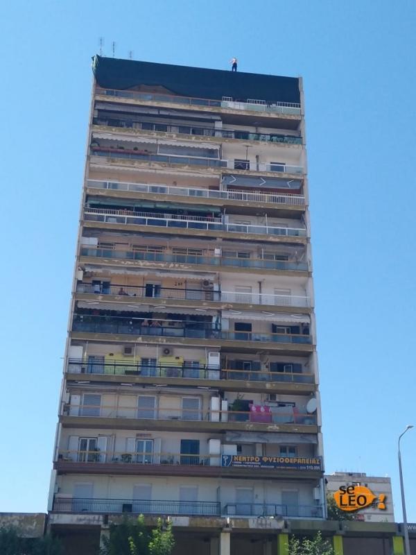 Θεσσαλονίκη: Άνδρας απειλεί να πέσει από δωδεκαόροφη πολυκατοικία