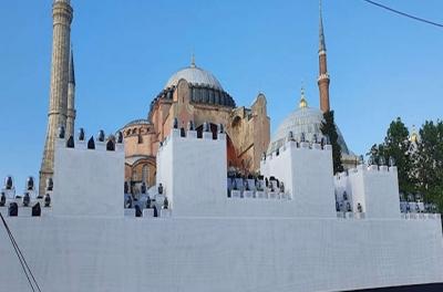 Οι Τούρκοι έστησαν ομοίωμα του τείχους της Κωνσταντινούπολης έξω από την Αγία Σοφία για να γιορτάσουν την Άλωση