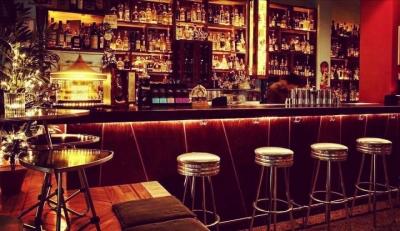 Σε ποιες περιοχές μπαρ, κλαμπ και εστιατόρια θα κλείνουν τα μεσάνυχτα από σήμερα