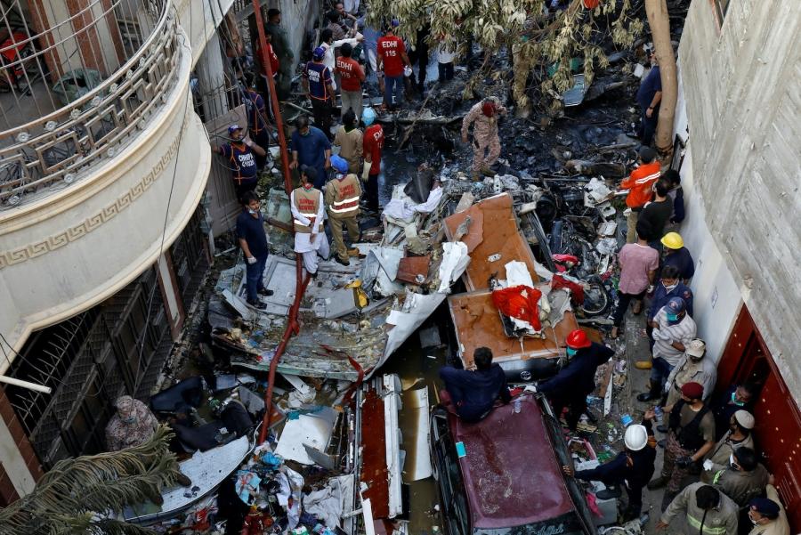 Βρήκαν επιζώντες στα συντρίμμια του αεροσκάφους που συνετρίβη στο Πακιστάν