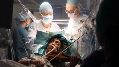Ασθενής με όγκο στον εγκέφαλο έπαιζε βιολί κατά τη διάρκεια του χειρουργείου, ώστε να μην απωλέσει την ικανότητα του χεριού της