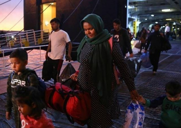 Έφτασαν στο λιμάνι του Πειραιά 142 μετανάστες από τη Μυτιλήνη