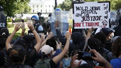 ΗΠΑ: Διαδηλωτές έξω από τον Λευκό Οίκο - 1.600 στρατιώτες στην Ουάσινγκτον