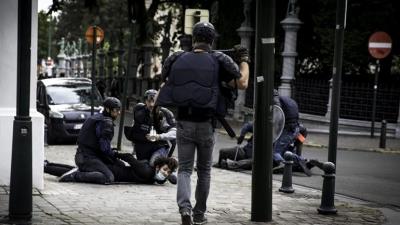 Βέλγιο: Αστυνομικοί κρατούν έφηβο στο έδαφος πατώντας τον με τα γόνατα