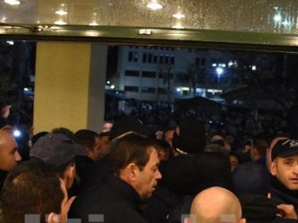 Χίος: Προπηλάκισαν τον Νότη Μηταράκη κατά την προσέλευσή του στο Δημαρχείο (vid)