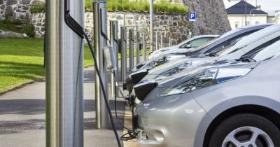 Υποχρεωτική η υποδομή για φορτιστές ηλεκτρικών οχημάτων σε πολυκατοικίες από τον Μάρτιο του 2021