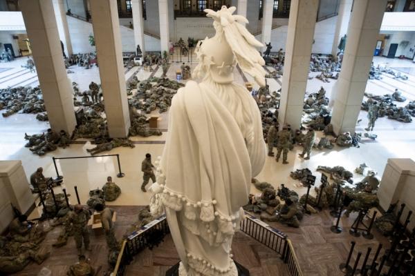 Σε εξέλιξη η συνεδρίαση για την αποπομπή Τραμπ - Απίστευτες εικόνες με εκατοντάδες μέλη της Εθνοφρουράς στο Καπιτώλιο